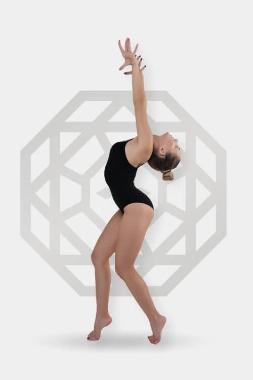 image d'une fille qui danse avec arrière plan du logo centre vinci esthétique avancée pour épilation définitive au laser